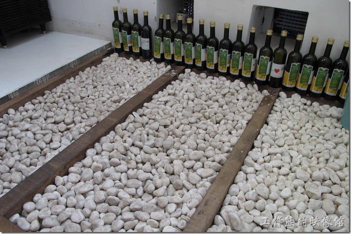 台南-茀立姆早午餐(FILM BRUNCH)。這片鋪了白色鵝卵石的地板算是這房間內比較有特色的地方,不過已經看到有螞蟻在上頭爬來爬去了<鵝卵石似乎也已經變髒了,也許該整理一下了。