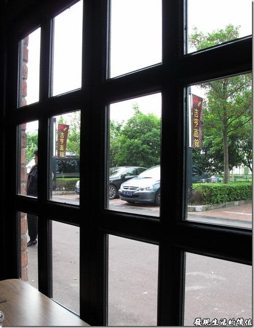 上海-吉亨麵館御橋店。這家店麵雖然開在現代的樓房當中 ,但店內的裝潢還是特意的使用了窯磚來堆砌牆面,讓人有種復古的感覺,而且窗花也採用復古的黑漆木頭。