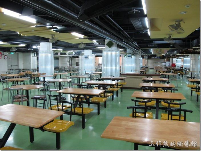 最後は食堂です、おれたちは生活広場と呼ぶです、生活広場は地下1階にありますなかにはおもったよりレストランが多いです米や麺類の食べものとほかの料理がいろいろあります、しょじきおれは驚きましたこの学校はおれのおもったよりいいとおもうんです、帰り道のときは休息站でおいしい葱でつくったおやつがたべました、さてと大学生活どうだかとても楽しみです。