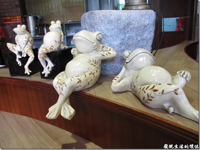 上海-吉亨麵館御橋店。這些青蛙或座或躺,每隻都是一付悠閒狀,臉上露出滿意的表情,讓人看了好不羨慕。這讓我想起來之前收集過的一隻法蘭瓷的青蛙,是老婆買給我的父親結禮物,樣是跟照片中最右邊的一隻類似,不過是擬真的白肚綠皮的顏色,而且也是一付怡然自得樣,紙是造型比這幾隻精緻一點就是了。
