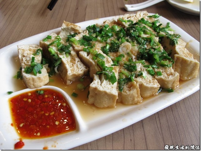 上海-吉亨麵館御橋店。滷豆腐RMB12。來這裡的客人很大多喜歡這一味,尤其是沾著盤中的特調辣椒醬,口感更勝一籌,不過得提醒這是一道熱菜。
