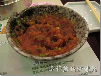 上海御香海(御味道)小火鍋。沾醬食用的時候要先加入檸檬醋,然後各挖約1/3的紅、白蘿菠泥攪拌,最後再加點薑丁及蔥花,沾醬就大功告成。建議可以先這樣嚐嚐,沾上煮好的食物,真的別有一番味道,有別於我們一般在台灣吃的醬料。