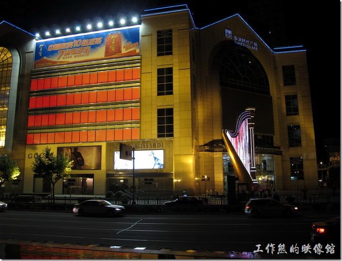 出了八百伴,一旁的「華潤時代廣場」前的豎琴造型霓虹燈吸引了我的注意。