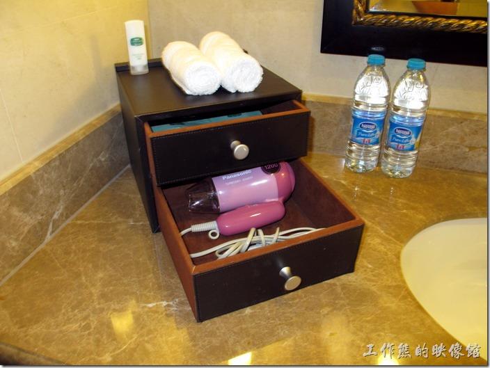 上海-齊魯萬怡大酒店。客房的浴室內有兩瓶雀巢的礦泉水,吹風機與盥洗用品都有。