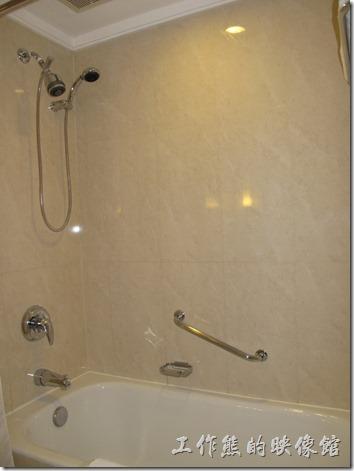 上海-齊魯萬怡大酒店。浴室是我比較不滿意的地方,沒有乾濕分離,洗澡淋浴的時候要爬到浴缸內洗澡。