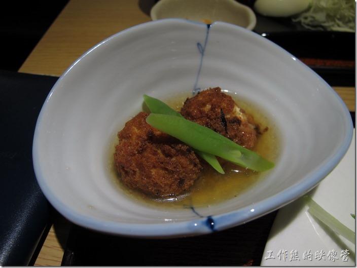 台北凱薩店-大戶屋。這是「碳烤鹽鞠壺鯛魚定食」附贈的配菜,看起來好漂亮,原本以為是類似獅子頭之類的食物,沒想到一口咬下後裡頭居然是豆腐,真的有點意外,可惜的是已經有點冷掉,裡頭的味道似乎也有變質,所以只要了一口。