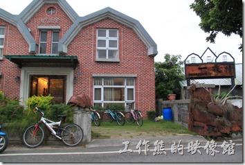 台東池上-【黃姐民宿.一夜情】的外觀,外面停了許多的自行車可供住宿的房客免費借用。