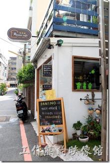 台南的【帕里諾】的外觀,這條「新光三越」旁的小徑也隱藏著許許多多的小店,之前光顧過【花見小路】與【D.D.House】。二樓還有個藍色木頭圍籬的小花園陽台。