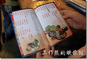 台南逐鹿炭火燒肉的武功秘笈,翻開來裡頭是菜單。八百年前,成吉思汗帶著蒙古精兵…將肉片切成片狀於鐵盔上烤熱…代代相傳。
