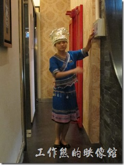 上海-干鍋居(貴州黔菜)。穿著苗族特色盛宴衣服的女服務生。