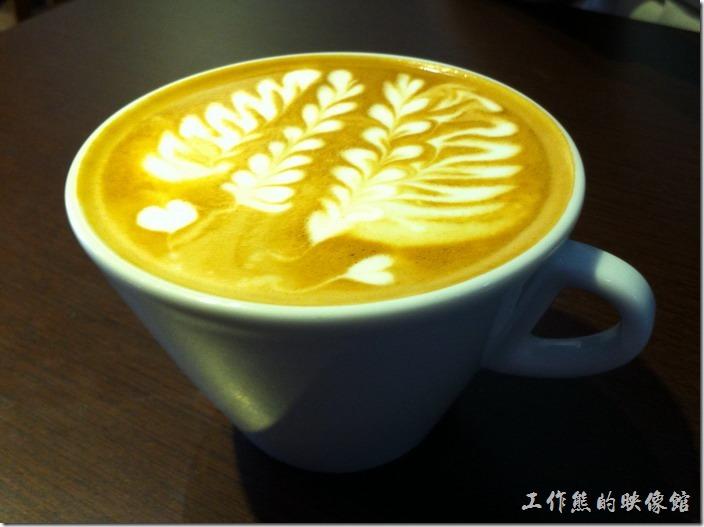 台南-艾咖啡。熱的原味拿鐵。