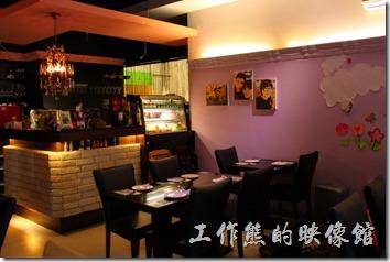 「愛上台東」餐廳的內部佈置的蠻溫馨的,牆壁上也貼著許多員工們的照片,相信這是個和諧一起打拼事業的好夥伴。