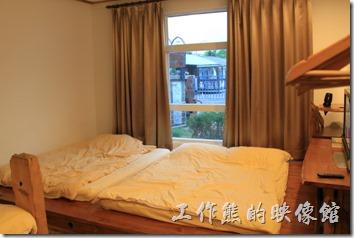 台東池上-一夜情黃姐民宿。木頭地板,書桌及電視櫃都是用類似漂流木的木頭建造出來的。