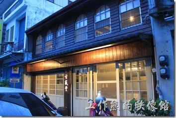 台東-甘盛堂。「甘盛堂」餐廳的外觀,日式木造的建築,一樓還是拉門,二來則有拱型的窗扉。