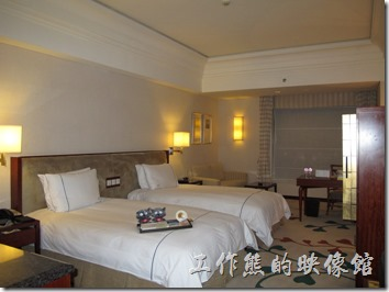 惠州-康帝國際酒店。原本預定的是「豪華客房」,因為只住一個晚上,隔天又一大早就要出門,於是要求飯店櫃台幫我換成比較便宜的「高級客房」,房價也從原本的RMB840降為RMB680,但已經沒有一張大床的房型了。