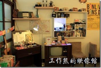 「小巷裡的拾壹號」一樓的景象,這裡也有許多的商品販賣。