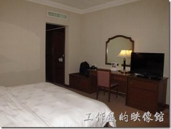 惠州天悅(嘉柏)大酒店。客房內的景像,房間還蠻乾淨的,房間稍微小了點,但是睡覺的地方差不多了,這裡的床單及被套很舒服才是重點。