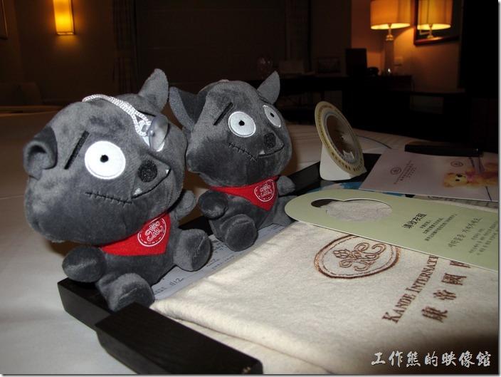 惠州-康帝國際酒店。房間的床上已經預先擺好兩隻可愛的灰太郎布偶,下面壓著洗衣袋,一旁還有隔天的氣象預測,真是貼心。