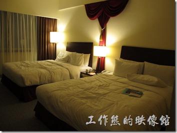 台北凱薩大飯店。因為小朋友已經在上面躺過了,所以床單有點亂,房間不大,兩張大床就站滿了,已經沒有多餘的空間的活動。