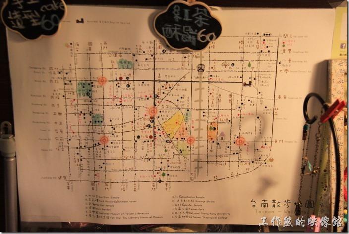 台南-小巷裡的拾壹號。這似乎是一張「台南散步地圖」,我終於看懂,中間有一條火車鐵軌。
