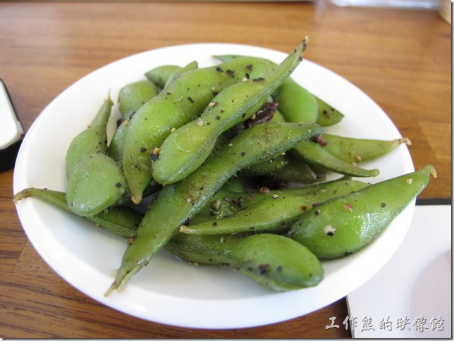 京正拉麵。毛豆,店家招待的,不管來幾個人都是這麼一下碟。在台灣吃毛豆好像到處都一樣,似乎是有專門的毛豆工廠做中央廚房統一供應的樣子。