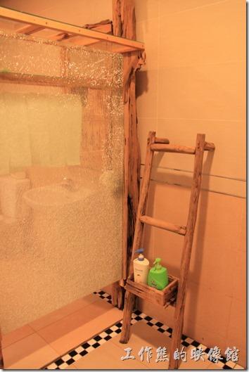台東池上-一夜情黃姐民宿。連浴室內也大量採用木頭。