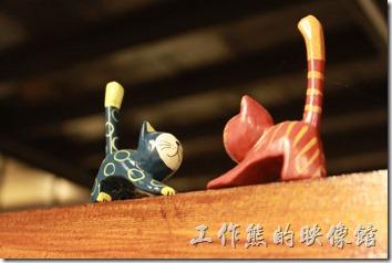 甘盛堂一樓隔間木板上的貓咪。