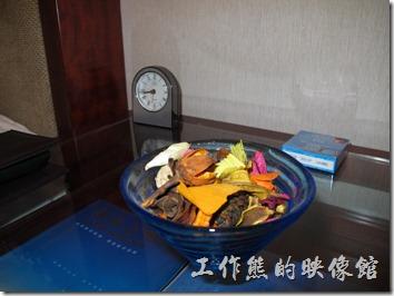 惠州-康帝國際酒店。床頭的鬧鐘與芳香擺飾用乾燥花。