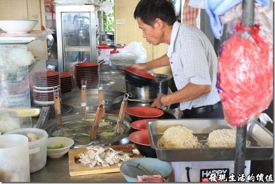素蘭麵攤,老闆正熟練的準備湯碗,再來就是把麵撈起了,肉片也已經切成薄片在旁邊就位了。