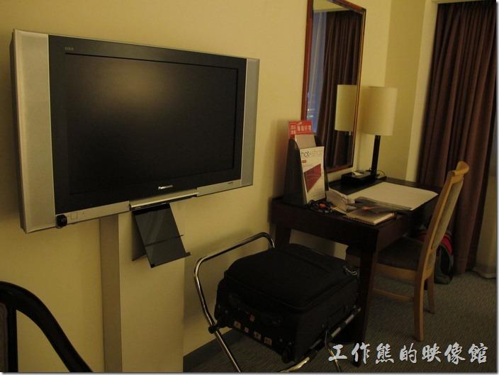 台北凱薩大飯店。這應該是商務旅館,小小地書桌,還好還有放行李的架子,電視已經改成了已經電視了,但是電視的頻道非常少,畫面也不是很清楚,所以我們根本就沒有看電視,另外網路是免費的。