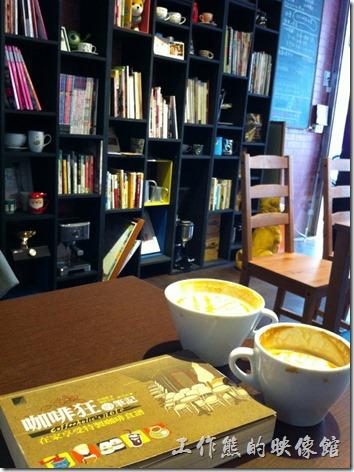 台南-艾咖啡(I Caffe)店內的裝潢,兩張桌子,一個吧台,大概可以坐10人左右。書架上擺了許多跟咖非有關的書籍,看來店家很愛咖啡。