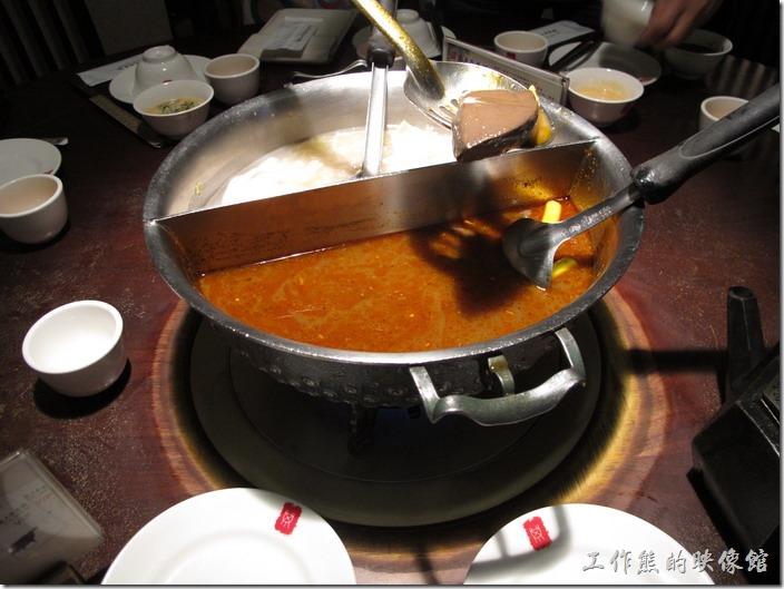 台北-鼎王長安東店。東北酸菜鍋加麻辣鍋鴛鴦鍋。碰上我們這群愛吃的,服務人員其實才剛把湯底的鴨血及臭豆腐放下去而已,湯底都還沒滾,鴨血及臭豆腐就已經被撈光了。