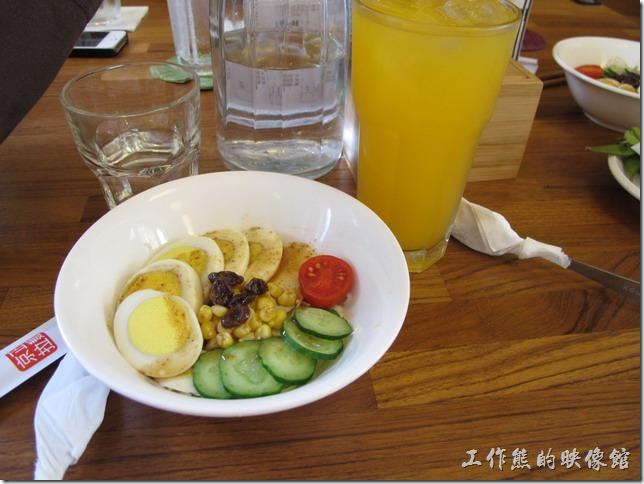 台南-京正拉麵。和風沙拉,A或B套餐裡頭的沙拉及飲料,有一顆切成薄片的水煮蛋,高麗菜絲、小黃瓜、玉米、葡萄乾以及半顆玉女蕃茄點綴,擺盤套色不錯,味道還可以。