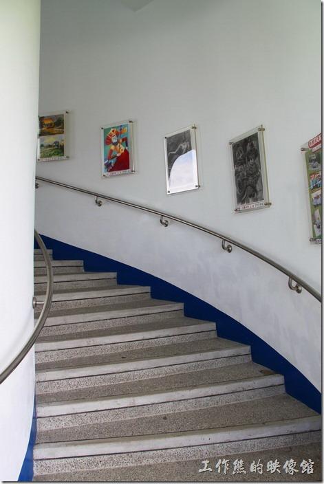 台東豐源國小-地中海造型學校。教學大樓的樓梯。