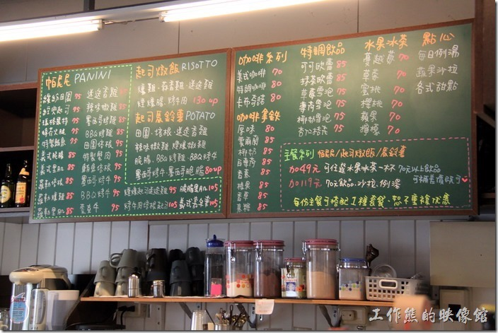 台南的【帕里諾】的櫃台前,這裡的黑板用不同顏色的粉筆標示了不同的菜單。