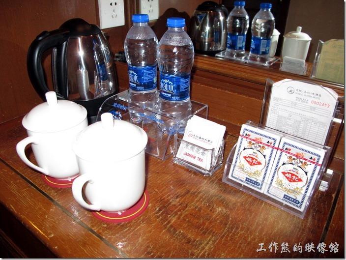 惠州天悅(嘉柏)大酒店。客房內有兩瓶免費的礦泉水,迷你吧台上的東西大多要錢,只有這兩瓶水免費。