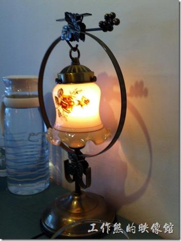 台南-艾咖啡。吧台上的檯燈。