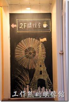 台南-帕里諾咖啡。這是連接一、二樓的樓梯間,有許多色彩鮮艷的手工彩繪。