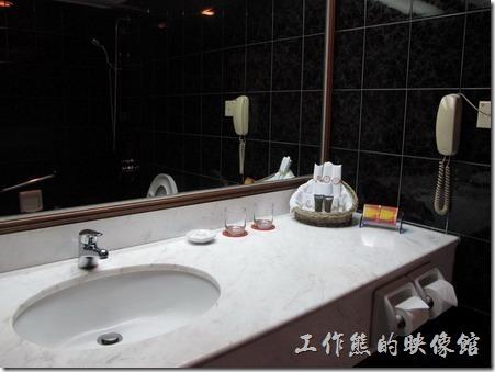 惠州天悅(嘉柏)大酒店。客房內的浴室,並沒有乾濕分離的淋浴間,必須使用浴缸來淋浴,有點給它小小的不方便。