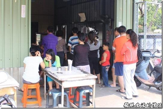 素蘭麵攤。排隊中的客人,假日的午餐時間,這個隊伍幾乎都沒有斷過。