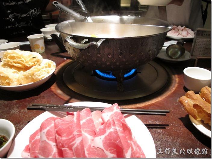 鼎王麻辣鍋,鴨血及豆腐湯底無限量供應