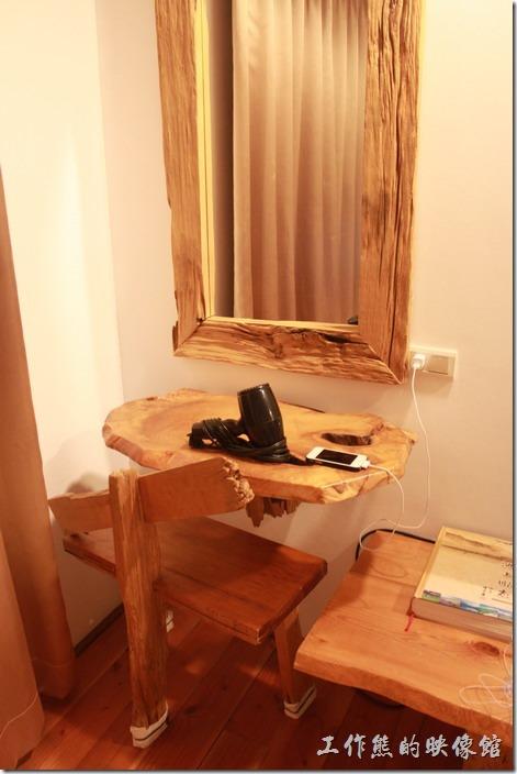 台東池上-一夜情黃姐民宿。讓人覺得蠻有創意的梳妝台,直接把木頭上面原本的缺點凹洞當成置物架。