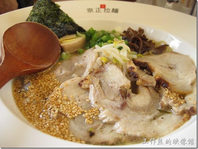 台南-京正拉麵。叉燒原湯豚骨拉麵,NT$180元。湯頭其實與上面的嗆辣豚骨拉麵類似,只是少了嗆辣味,而多了叉燒肉。