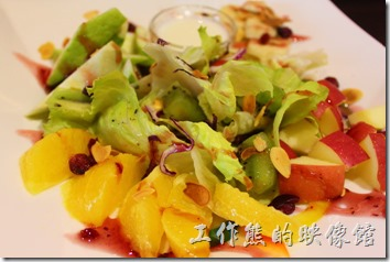 台東-愛上台東義大利餐廳。浪漫雙人套餐的主廚沙拉「水果優格生菜大沙拉」,新鮮當令的水果佐生菜,淋上優格,新鮮上桌。
