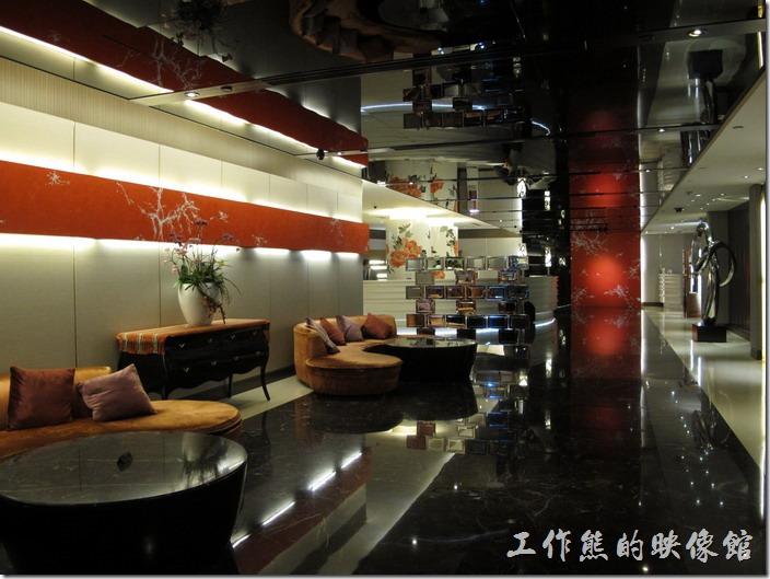 台北凱薩飯店的大廳,佈置裝潢得有氣質,個人覺得倒有點像建商的接待室。