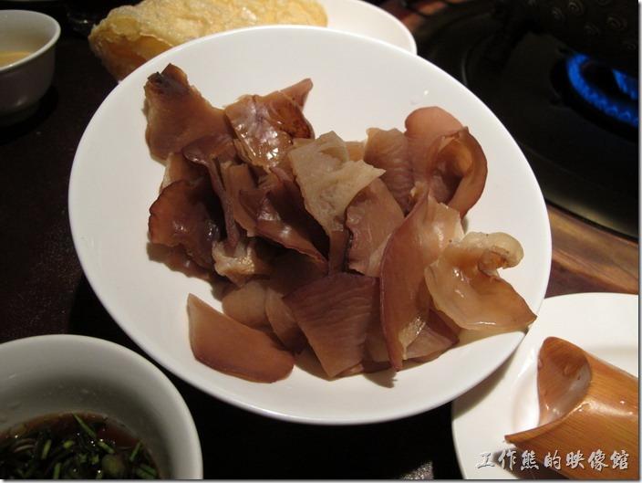 台北-鼎王長安東店。木耳,NT$98。這個也不錯,吃起來稍微脆脆的,有不同的口感。
