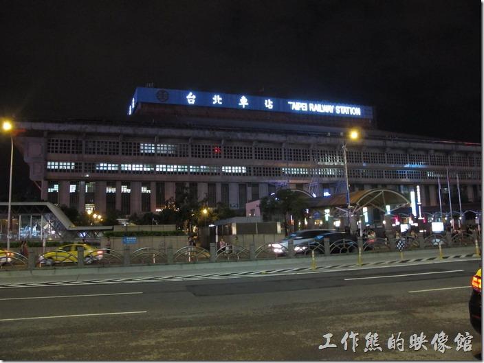 台北凱薩飯店的對面就是交通的繁忙樞紐-台北火車站。