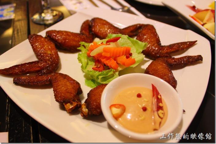 台東-愛上台東義大利餐廳。浪漫雙人套餐的開胃菜「紐約辣雞翅」,可以選擇辣或不辣,雞翅烤得剛剛好,雞肉鮮嫩不老,配上稍微醃漬過的紅蘿蔔,味道非常融洽。