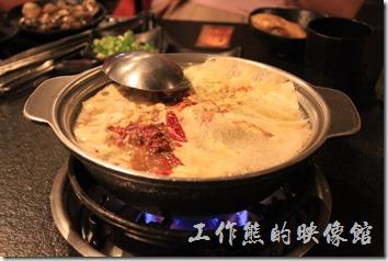 台南-逐鹿焊火燒肉。這「逐鹿」一定是碳烤與火鍋一起上的,因為桌子早就準備好一個火鍋及一個炭爐了,如果不想吃哪一個,直接跟服務生講一下,收掉就好了,但這樣就少了烤肉的樂趣了。