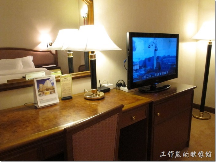 惠州天悅(嘉柏)大酒店。書桌櫃已經有點老舊,還有電視已經換成了液晶的了。